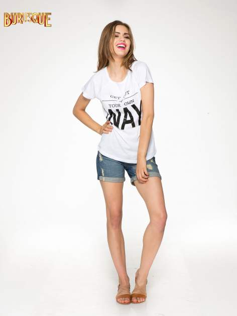 Biały t-shirt z napisem GET OUT OF YOUR OWN WAY
