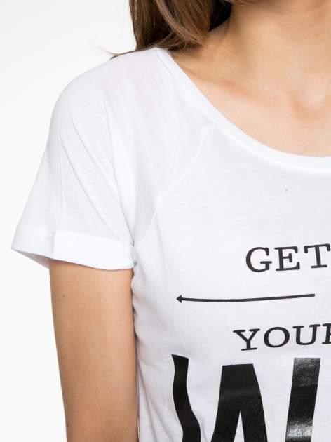 Biały t-shirt z napisem GET OUT OF YOUR OWN WAY                                  zdj.                                  5
