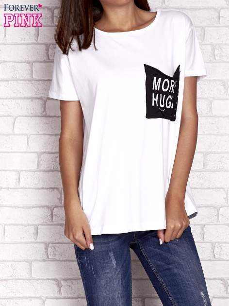 Biały t-shirt z napisem MORE HUGS                                  zdj.                                  1
