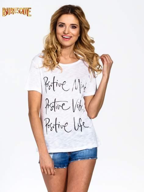 Biały t-shirt z napisem POSITIVE MIND z dżetami                                  zdj.                                  1