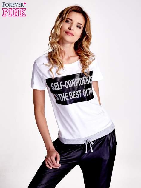 Biały t-shirt z napisem SELF-CONFIDENCE IS THE BEST OUTFIT                                  zdj.                                  1