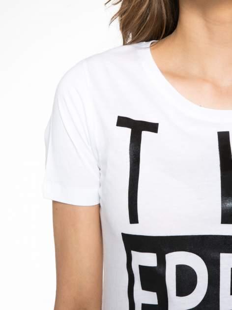 Biały t-shirt z napisem THE FREAK IS CHIC                                  zdj.                                  5