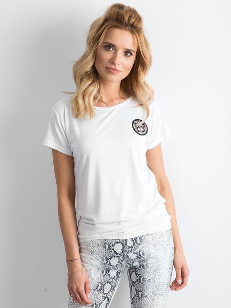 Biały t-shirt z naszywką                              zdj.                              1
