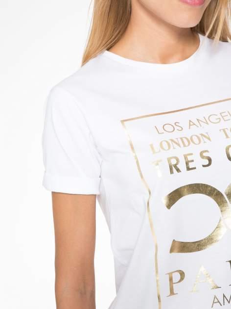 Biały t-shirt z nazwami stolic mody                                  zdj.                                  6