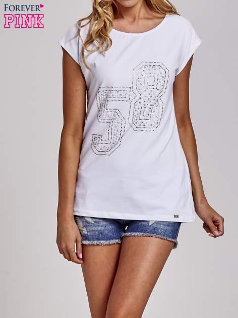 Biały t-shirt z numerem 58 z dżetów                                  zdj.                                  1