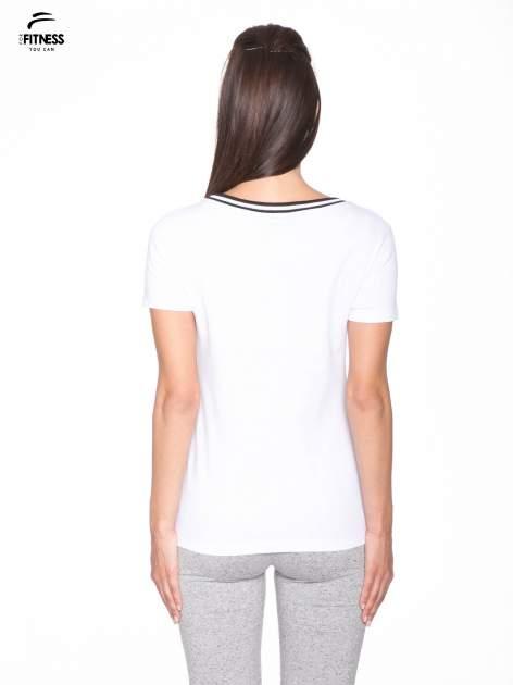 Biały t-shirt z numerem i sportową lamówką w stylu college                                  zdj.                                  4