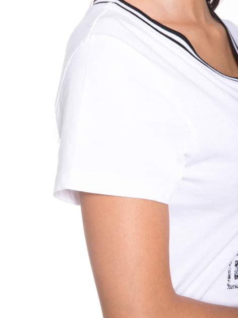 Biały t-shirt z numerem i sportową lamówką w stylu college                                  zdj.                                  6