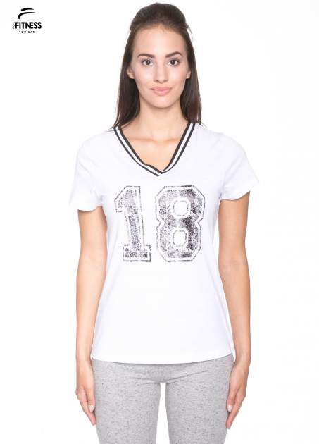 Biały t-shirt z numerem i sportową lamówką w stylu college                                  zdj.                                  1