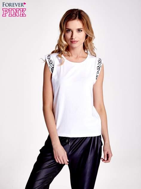 Biały t-shirt z ornamentem na rękawach                                  zdj.                                  1