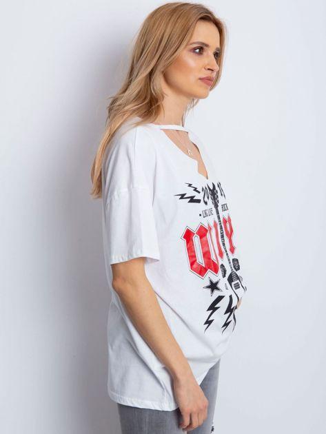 Biały t-shirt z rockowym printem                              zdj.                              3
