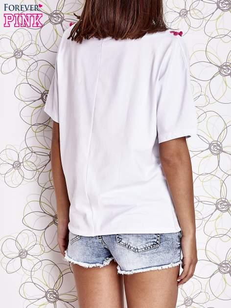 Biały t-shirt z różowymi pomponikami przy dekolcie                                  zdj.                                  4