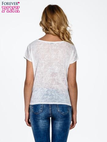 Biały t-shirt z węzłem zdobiony kryształkami                                  zdj.                                  4