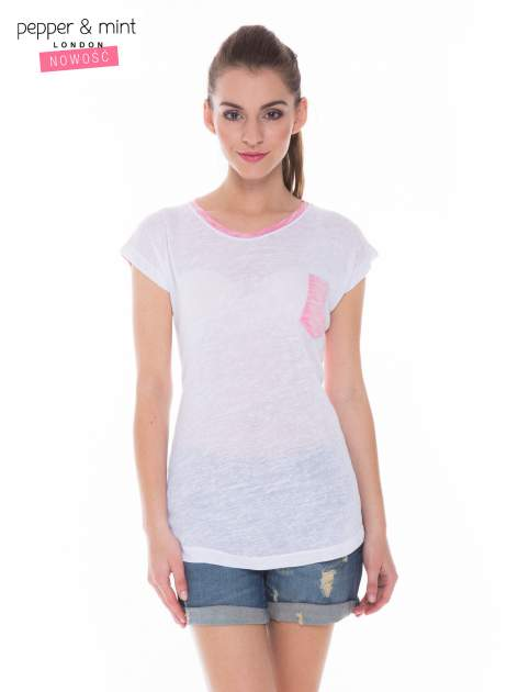 Biały t-shirt z wydłużanym tyłem w kolorze fuksji