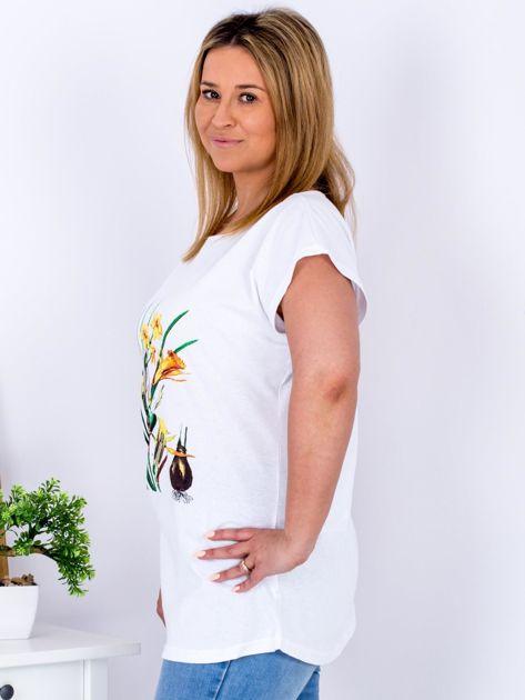 Biały t-shirt z żonkilami PLUS SIZE                              zdj.                              3