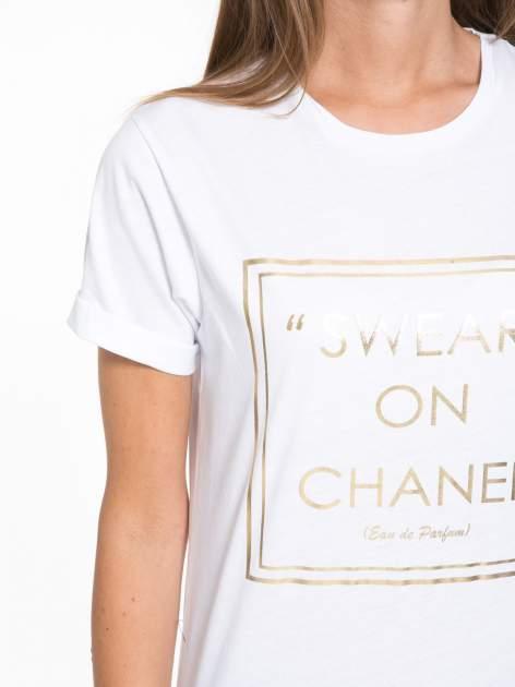 Biały t-shirt ze złotym napisem SWEAR ON CHANEL                                  zdj.                                  6