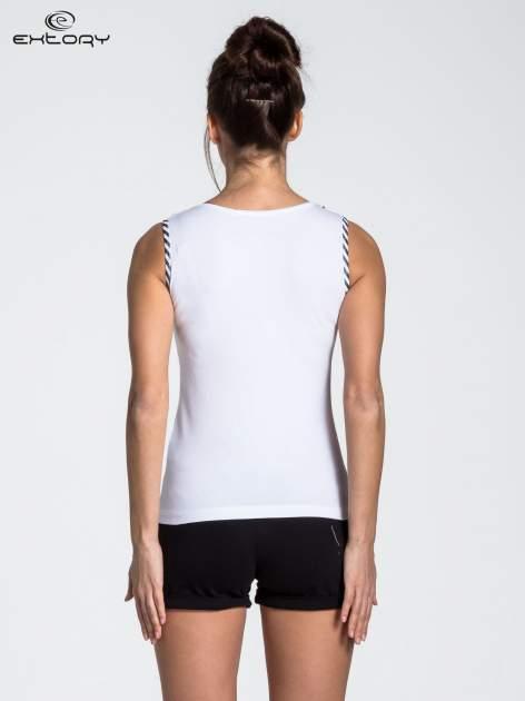 Biały top sportowy z lamówką w stylu marynarskim                                  zdj.                                  3