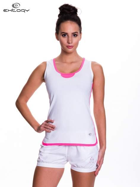 Biały top sportowy z różowym obszyciem z dżetami