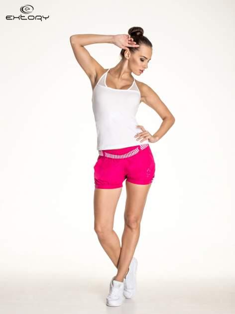 Biały top sportowy z siateczką i ramiączkami w kształcie litery T na plecach                                  zdj.                                  2