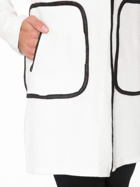 Biały wełniany długi żakiet o pudełkowym kroju ze skórzaną lamówką                                  zdj.                                  6