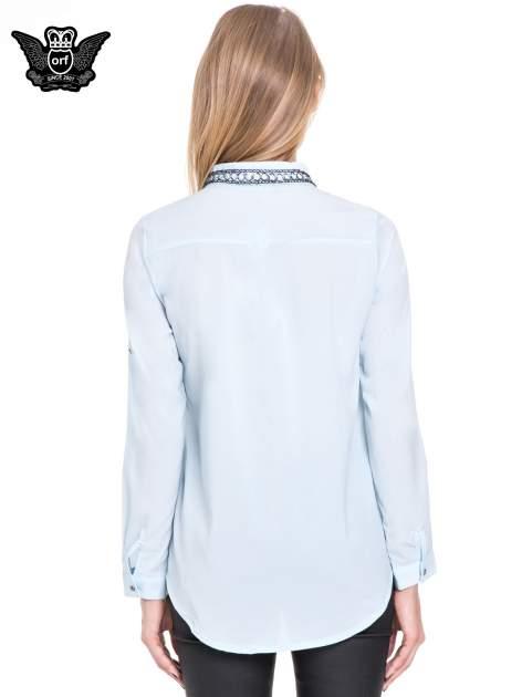 Błękitna elegancka koszula z łańcuszkami na kołnierzyku                                  zdj.                                  4