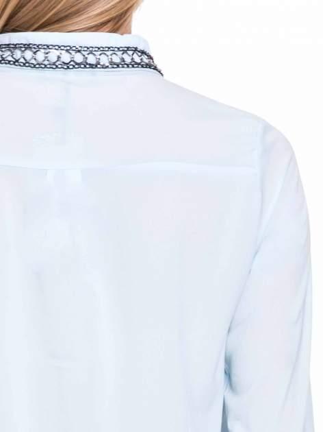 Błękitna elegancka koszula z łańcuszkami na kołnierzyku                              zdj.                              9