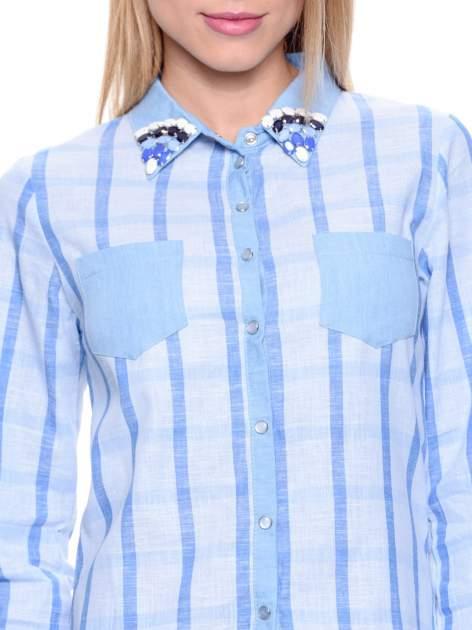 Błękitna koszula w kratę z biżuteryjnym kołnierzykiem                                  zdj.                                  8