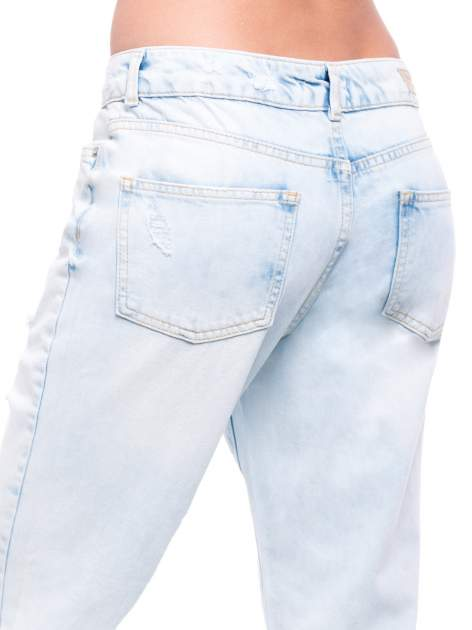 Błękitne spodnie girlfriend jeans z dziurami                                  zdj.                                  7