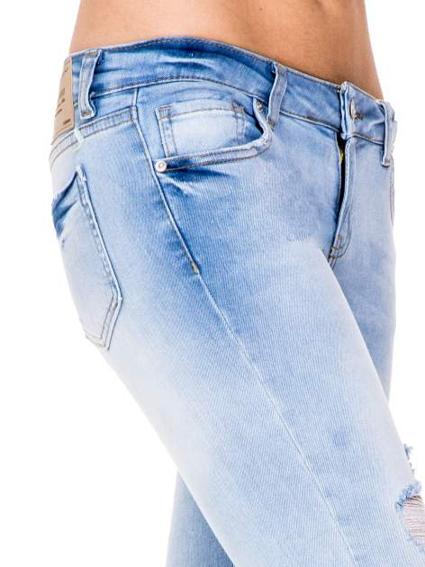 Błękitne spodnie skinny jeans do połowy łydki z rozdarciami                                  zdj.                                  6
