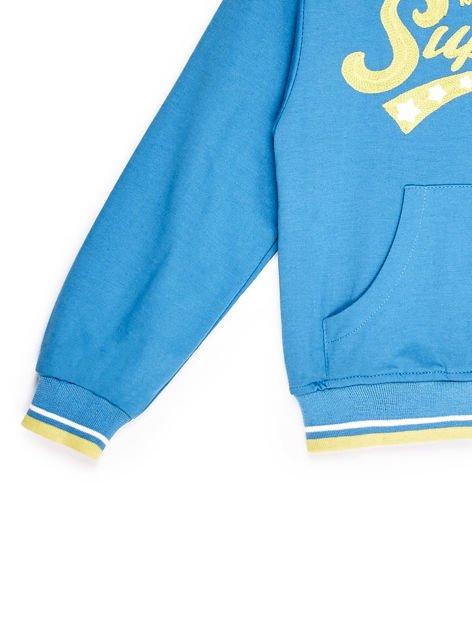 Bluza chłopięca z tekstową naszywką i kapturem niebieska