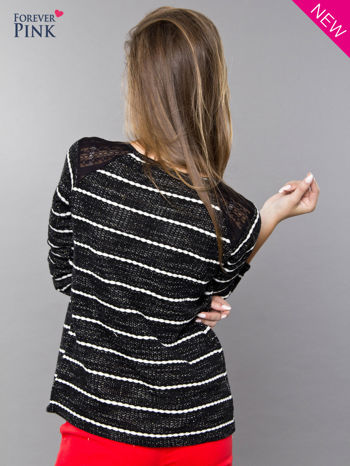 Bluza w biało-czarne paski z koronkową aplikacją na ramionach                                  zdj.                                  3