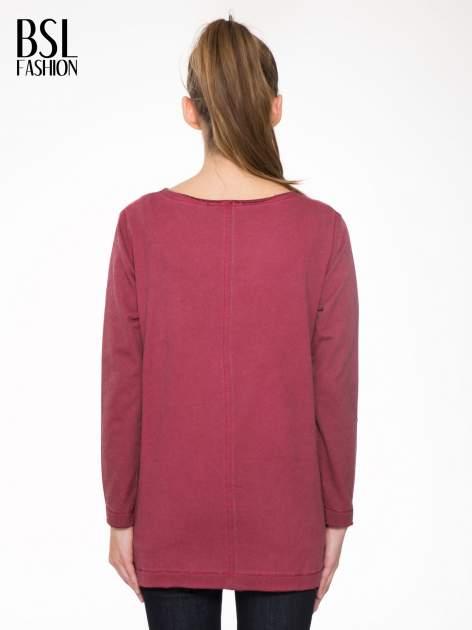 Bordowa bluza z surowym wykończeniem i widocznymi szwami                                  zdj.                                  4
