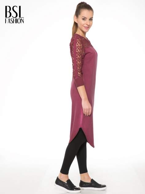 Bordowa dresowa sukienka z koronkowym karczkiem                                  zdj.                                  3