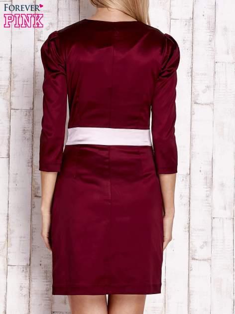 Bordowa elegancka sukienka z satyny z drapowaniem                                  zdj.                                  4