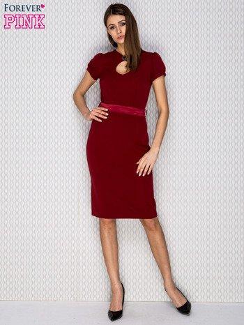 Bordowa sukienka koktajlowa z ozdobną broszką                              zdj.                              4