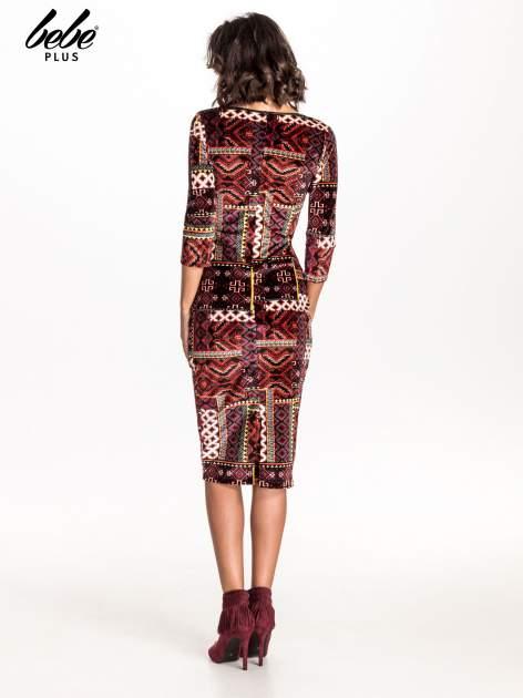 Bordowa sukienka midi w patchworkowy wzór ze skórzaną wstawką                                  zdj.                                  2
