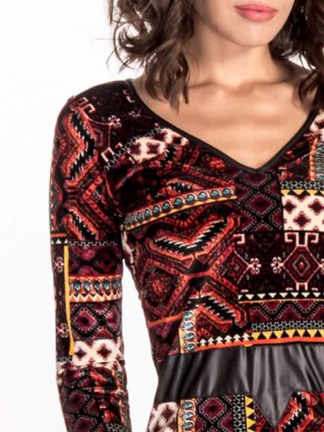 Bordowa sukienka midi w patchworkowy wzór ze skórzaną wstawką                                  zdj.                                  5