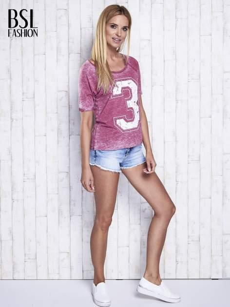 Bordowy dekatyzowany t-shirt z cyfrą 3                                  zdj.                                  2
