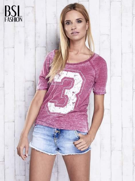 Bordowy dekatyzowany t-shirt z cyfrą 3                                  zdj.                                  3