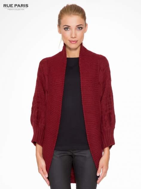 Bordowy dziergany sweter typu otwarty kardigan