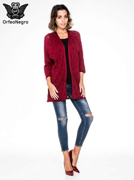 Bordowy sweter narzutka o geometrycznym splocie                                  zdj.                                  2