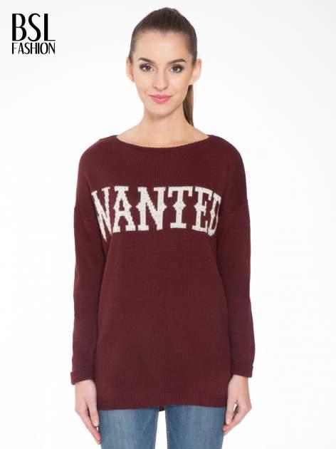Bordowy sweter z nadrukiem WANTED i dżetami