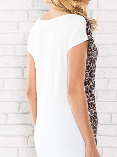 Bordowy t-shirt w motyw ornamentowy                                  zdj.                                  6