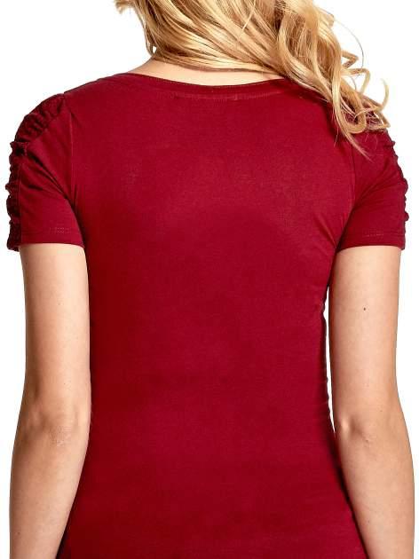 Bordowy t-shirt z koronkową wstawką na rękawach                                  zdj.                                  6