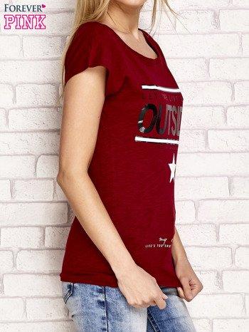 Bordowy t-shirt z napisem LET ME LIVE LIKE AN OUTSIDER                                  zdj.                                  3