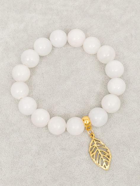 Bransoletka damska jasnoszara z perełkami i złotą zawieszką w postaci ażurowago listka                              zdj.                              2