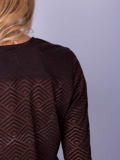 Brązowa bluzka w geometryczny wzór z łezką z przodu                                  zdj.                                  6