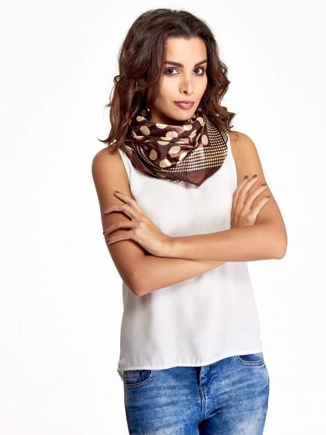 Brązowa chusta apaszka w kropki