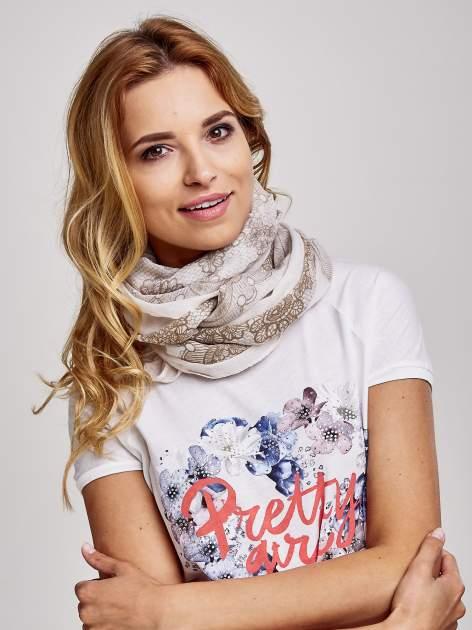 Brązowa chustka w kwiatowy, dekoracyjny ornament