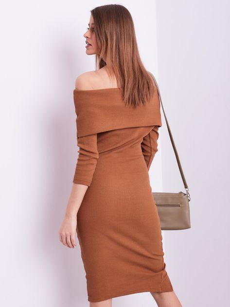 Brązowa dopasowana sukienka z odkrytymi ramionami                              zdj.                              2