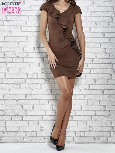 Brązowa dopasowana sukienka z poprzeczną falbaną                                  zdj.                                  4